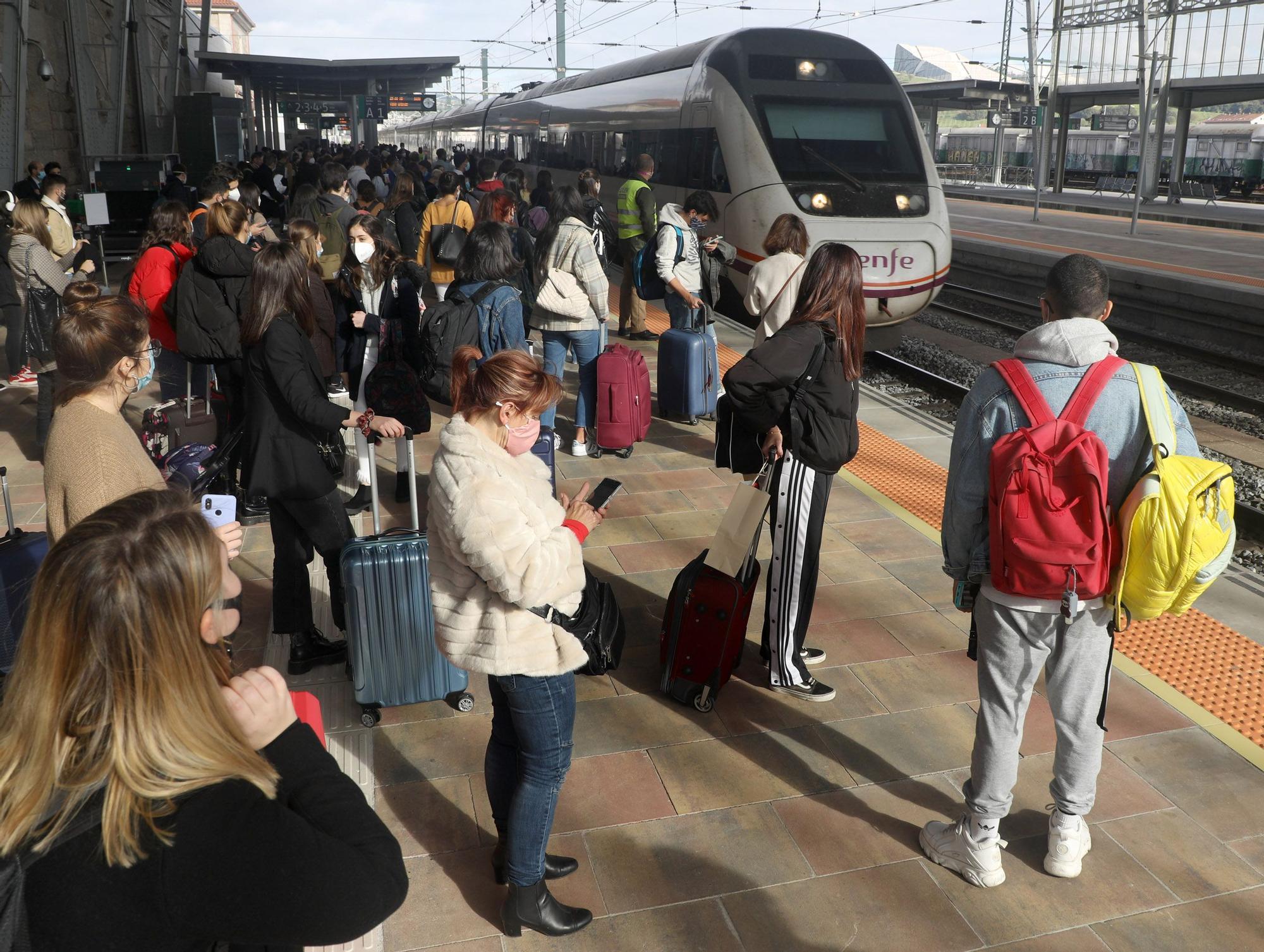 La estación de Santiago, abarrotada pese al cierre perimetral de la ciudad