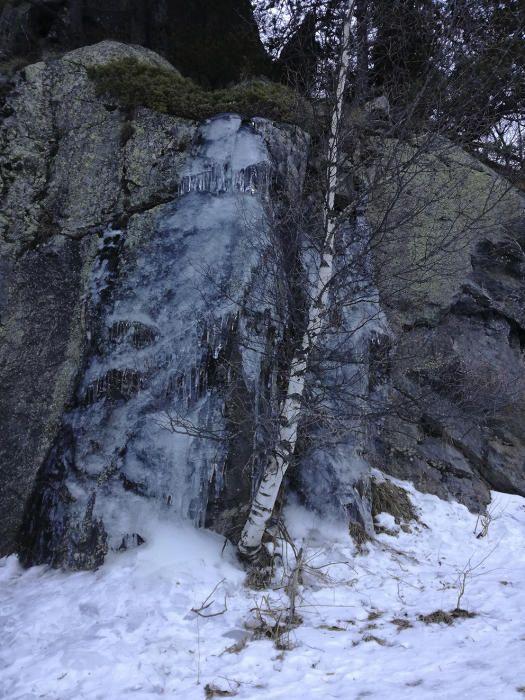 Glaç. Pujant cap a la vall de Sorteny, a Andorra, una de les nostres lectores va trobar aquesta bonica cascada glaçada. Les temperatures d'aquests dies fan que l'aigua passi a un altre estat, el gel.