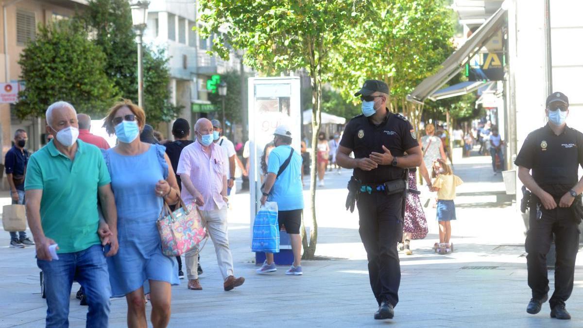La Policía vigila el uso de mascarilla en Vilagarcía. // Noé Parga