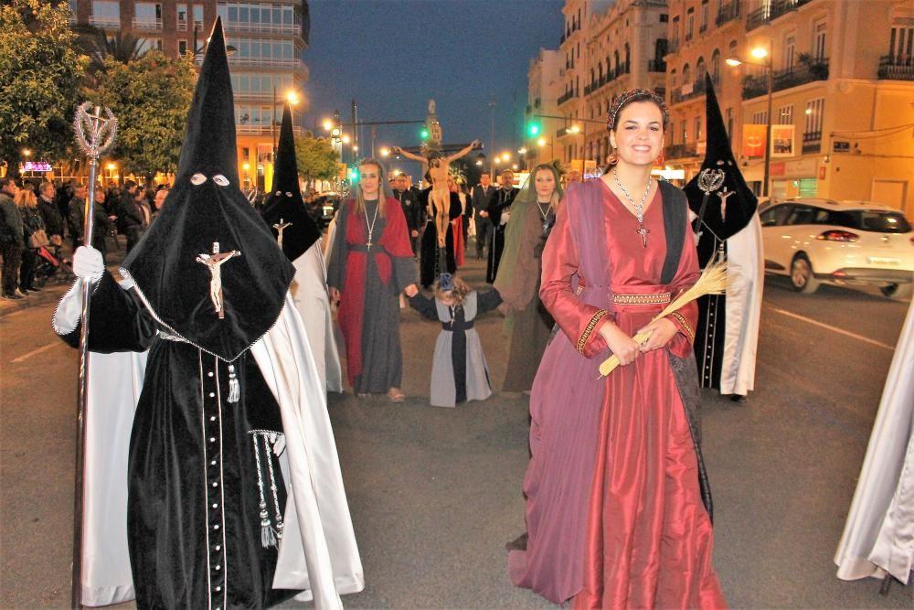 La concejala Sandra Gómez participa como componente de la hermandad de la Palma. ¿Se creerán si les decimos que quien procesiona a su lado es su asesora y aspirante a concejal de fiestas Pilar Bernabé?