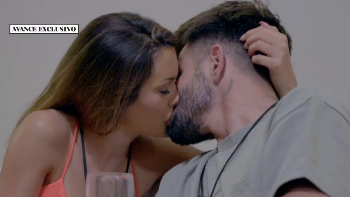 Bela e Isaac besándose en 'La última tentación'.