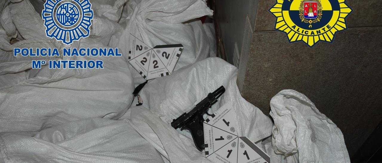 La pìstola usada en el atraco y recuperada en unos sacos de obra.