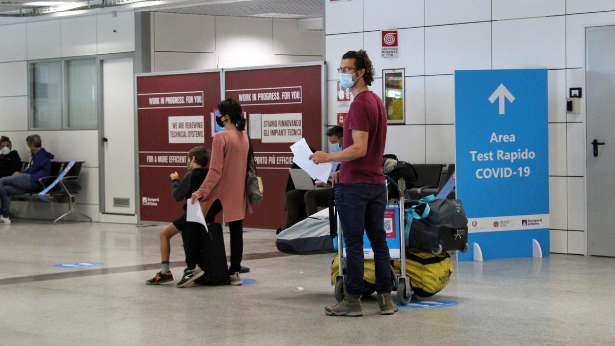 Área de test COVID en el aeropuerto de Roma