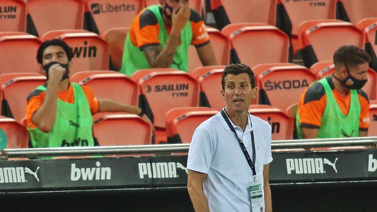 Carlos Soler, atento a las evoluciones del pasado derbi frente al Levante UD.