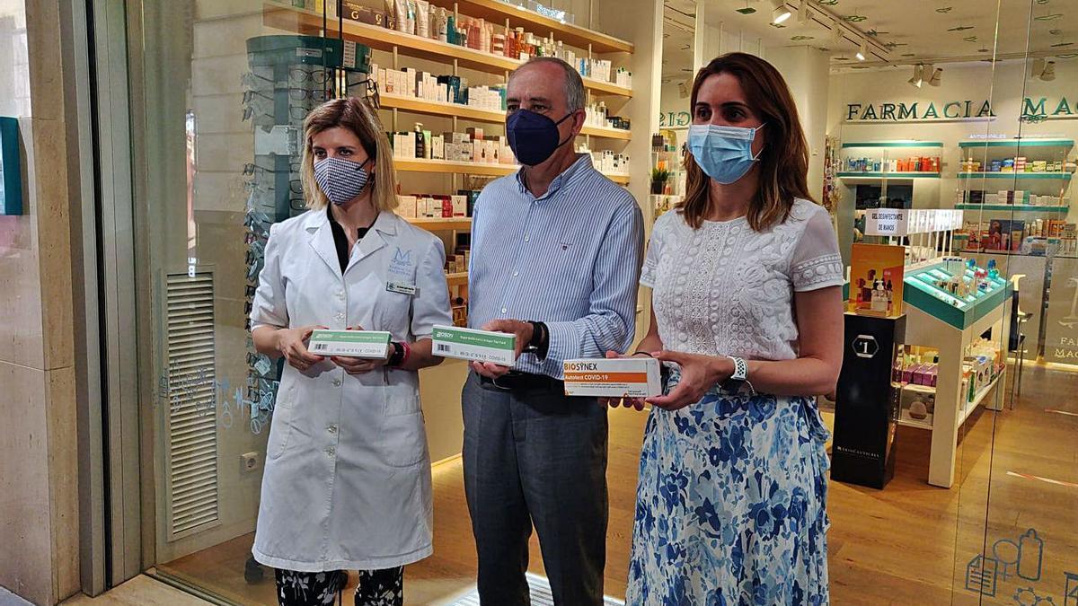 Presentación de los test de autodignóstico covid ayer en la farmacia Magistral de Murcia.