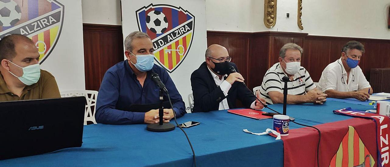 El presidente del club, Juan Antonio Sanjuán, toma la palabra durante la asamblea.   DAVID CHORDÀ