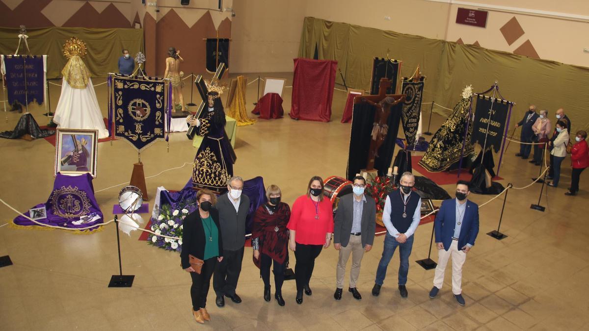 Visita de las autoridades y la Junta Central de Cofradías a la exposición.