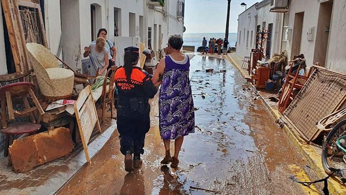 Voluntaris de Protecció Civil ajudant després dels aiguats a Alcanar