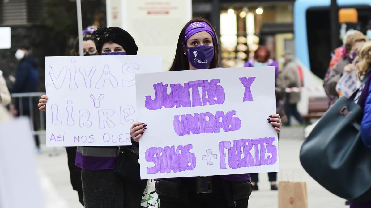 Varias mujeres participan en una concentración feminista en Santander.