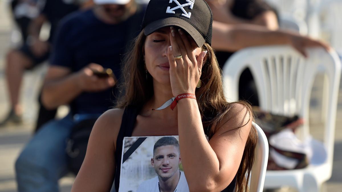 Una mujer sostiene la fotografía de una víctima en una misa celebrada este miércoles en Beirut.