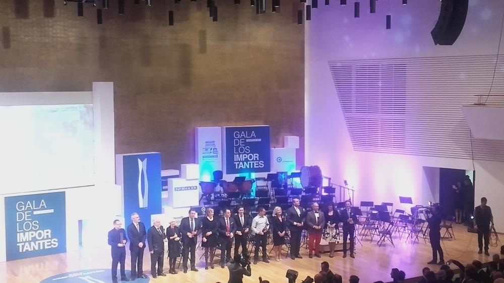 Foto de familia de los premiados de los Importantes 2015