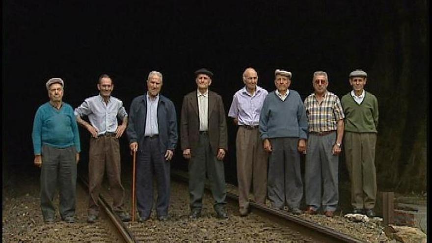 Antiguos trabajadores de la Zamora-La Coruña posan en la boca de un túnel