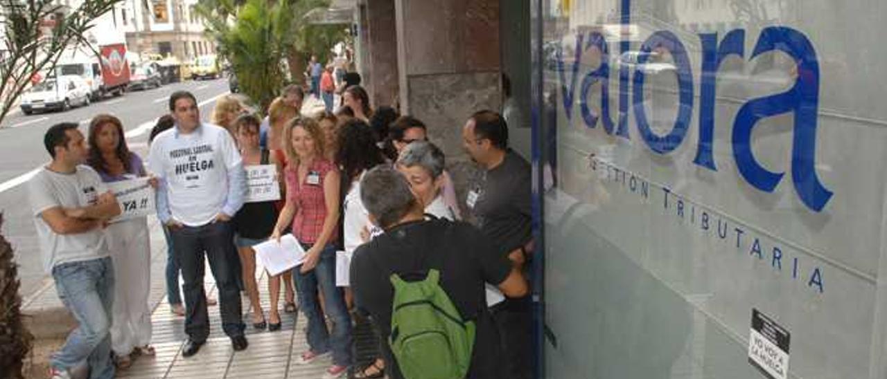 Protesta de trabajadores de Valora ante la oficina de Las Palmas de Gran Canaria.