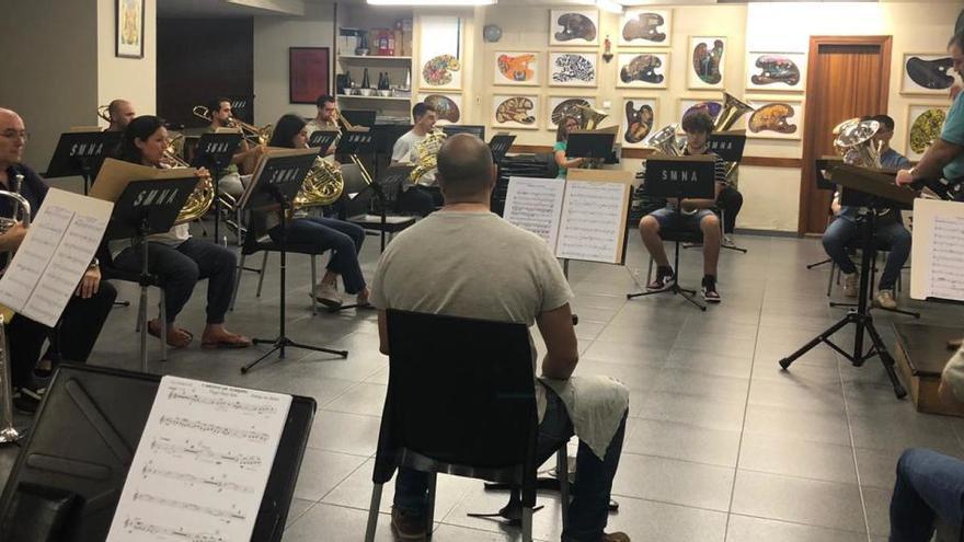 El anfiteatro Amando Blanquer acoge un concierto de la Música Nova d'Alcoi
