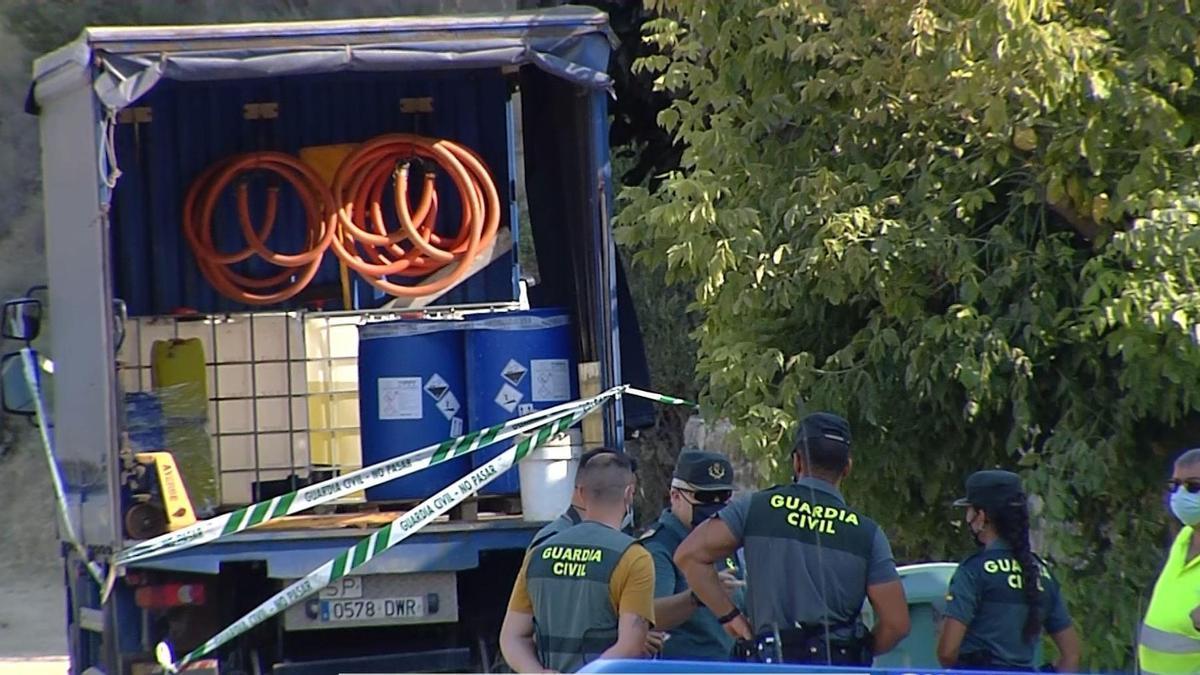 La Guardia Civil acordonó el camión en el que iban las bombonas de cloro y que estaba aparcado junto a la piscina municipal de Luna.
