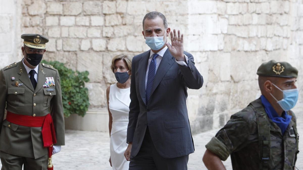 El Rey VI saluda a su llegada al Palacio de la Almudaina para reunirse con las autoridades de Baleares