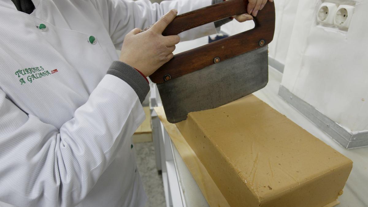 El torró, una vegada fet, es pot tallar en porcions més petites.