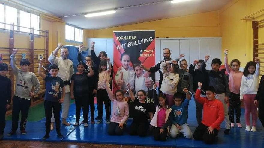 El judo entra en las aulas de Llanera para combatir el acoso escolar