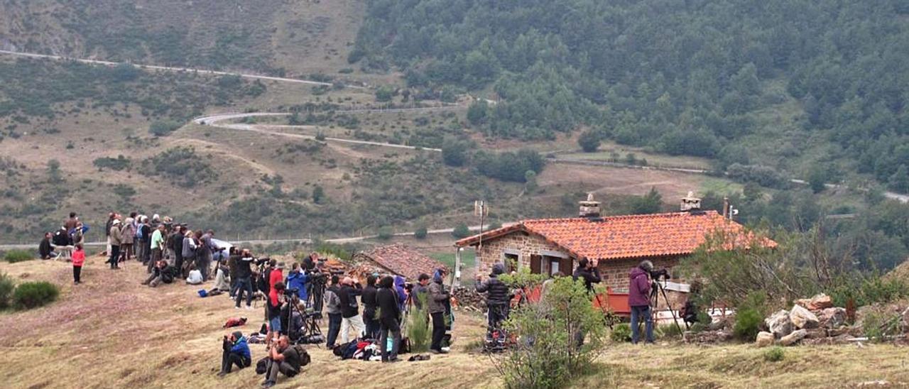 Turistas, en la tarde del miércoles, en una de las zonas de avistamiento de osos de Somiedo. | Reproducción de S. Arias