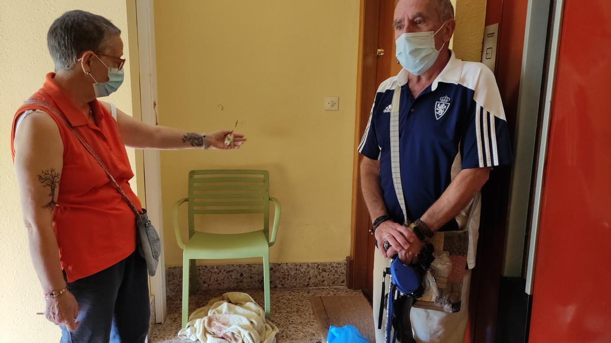 Fina y Manuel junto a la silla que sacaron a Pilar para asistirla