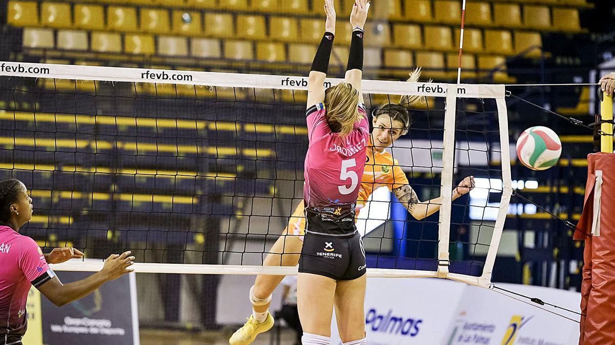 Saray Manzano supera con su remate a Emma Ordóñez.