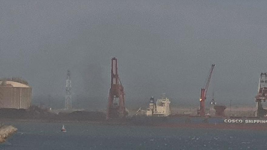 Quejas vecinales por una nube de carbón en El Musel