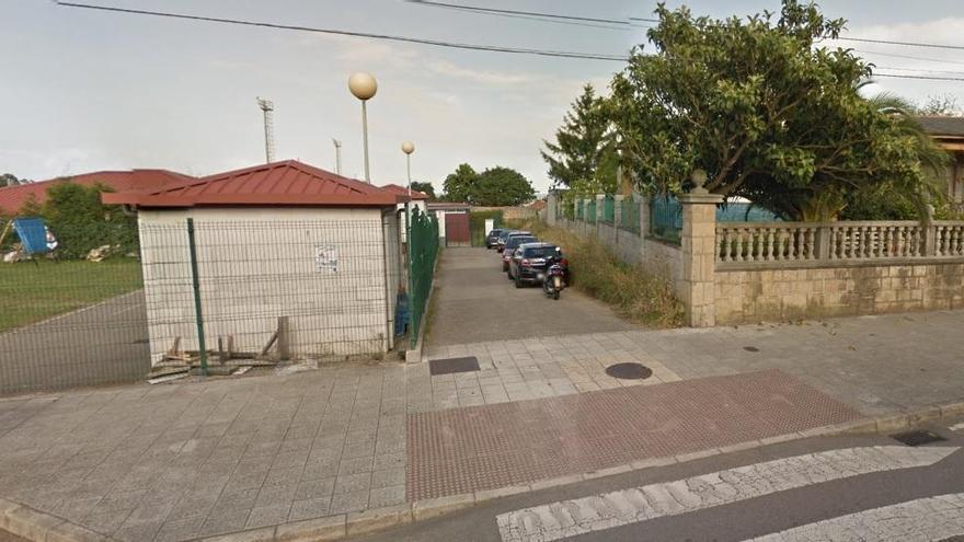 Un conductor resulta herido al chocar el coche que conducía contra el muro del campo de fútbol de Miranda