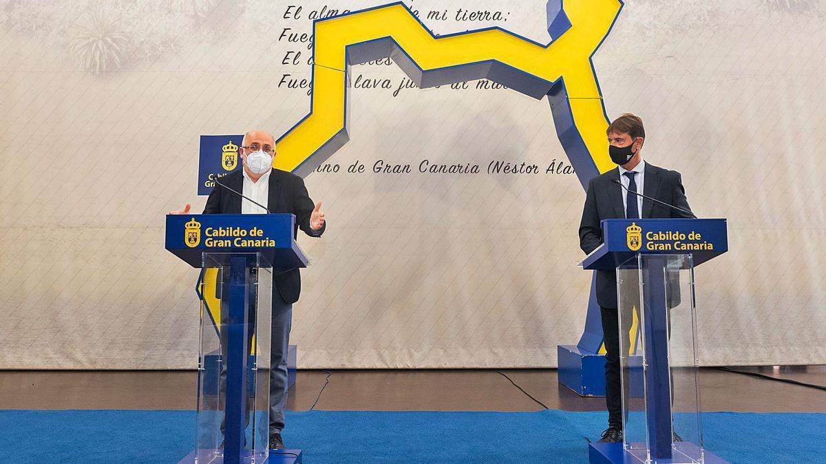El presidente del Cabildo, Antonio Morales, y Alejandro Ramos, coordinador de Presidencia, ayer, durante la presentación del plan. | | LP/DLP