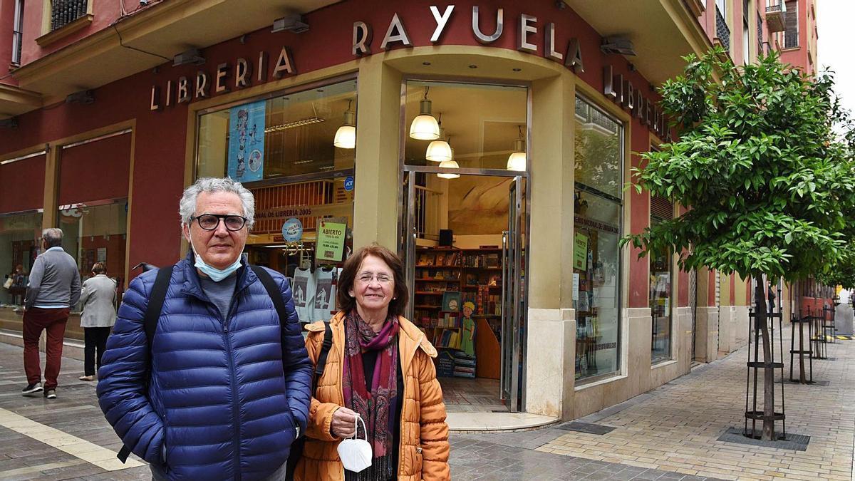Juan Manuel Cruz y Carmen Niño, esta semana delante de la Librería Rayuela, en el número 1 de la calle Cárcer.
