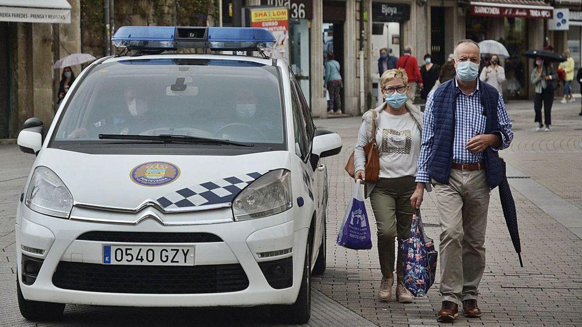 Una patrulla de la Policía Local por el centro de la ciudad.