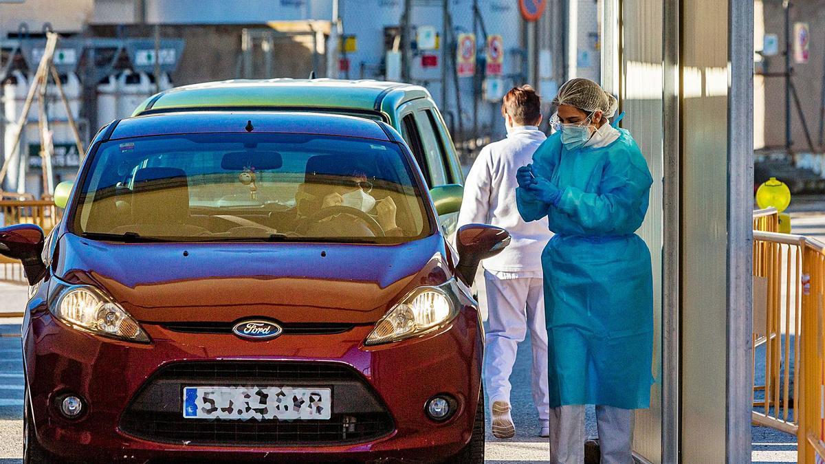 Sanitarios realizan pruebas PCR en vehículos en uno de los hospitales de la provincia.