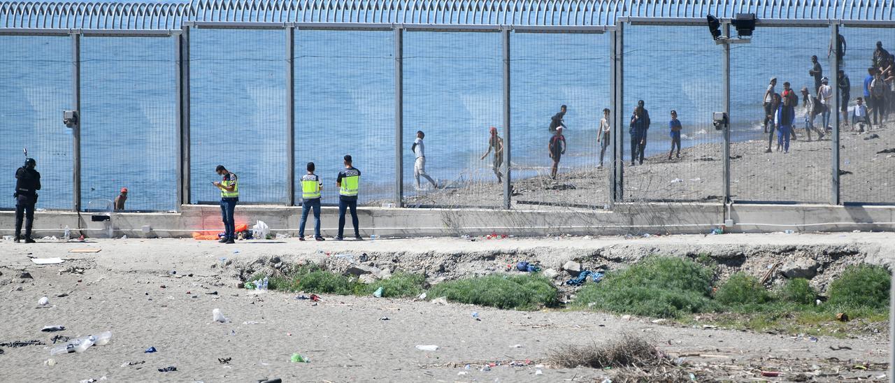 Agentes vigilan la frontera con Marruecos