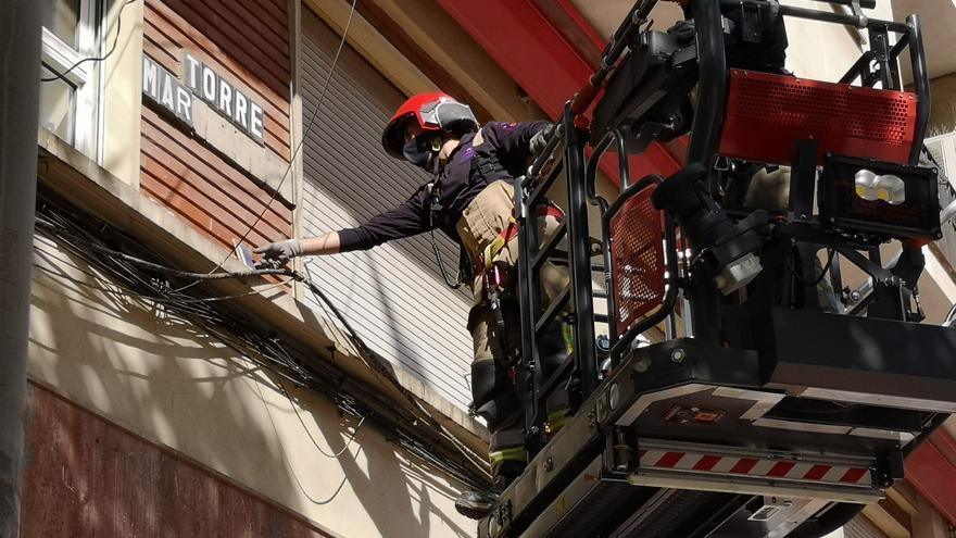 Susto al caer cascotes de una fachada de la calle San Antón en Murcia
