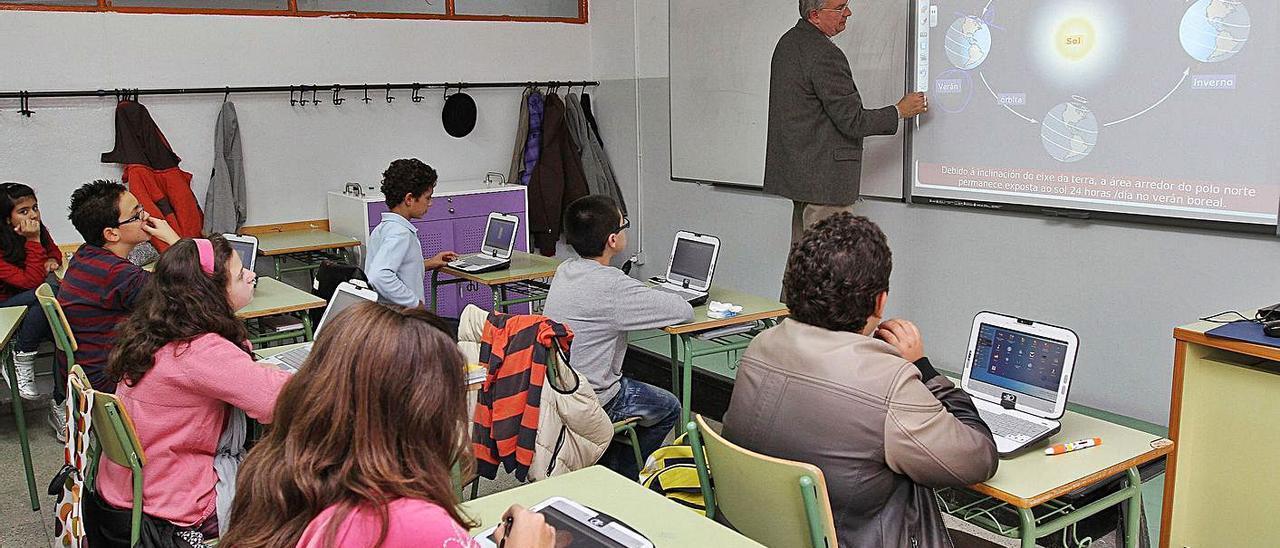 Imagen de archivo de alumnos en una clase de E-Dixgal.     // IÑAKI OSORIO