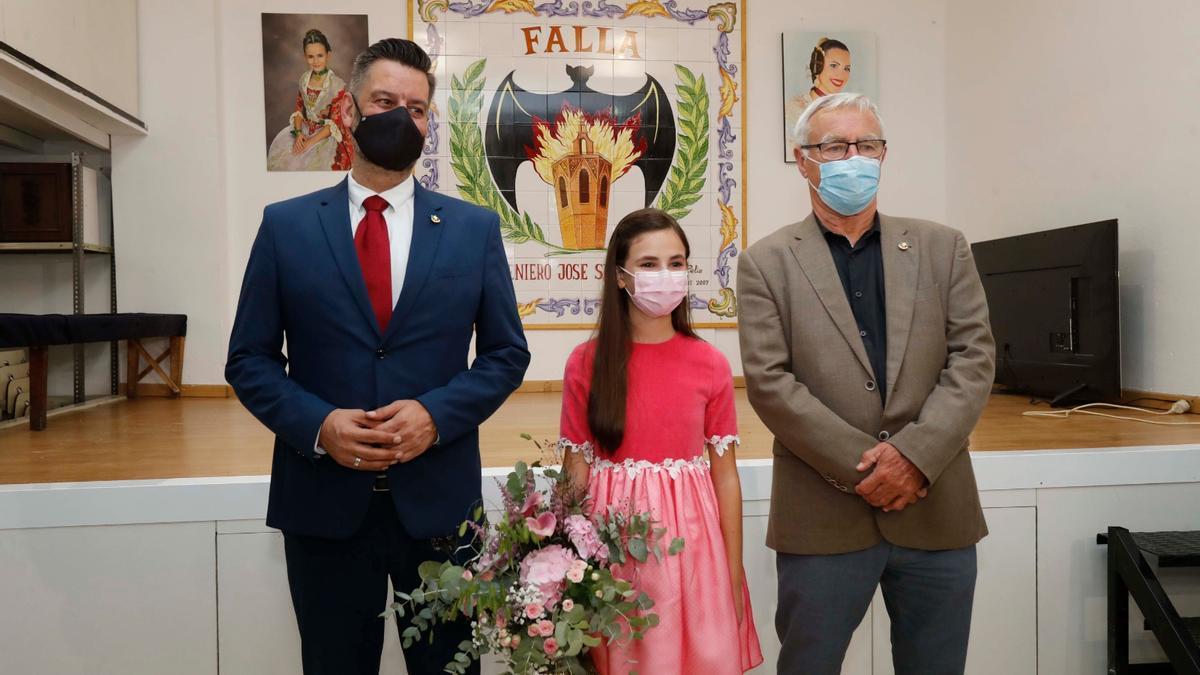 Galiana y Ribó posan con Nerea, de 11 años.