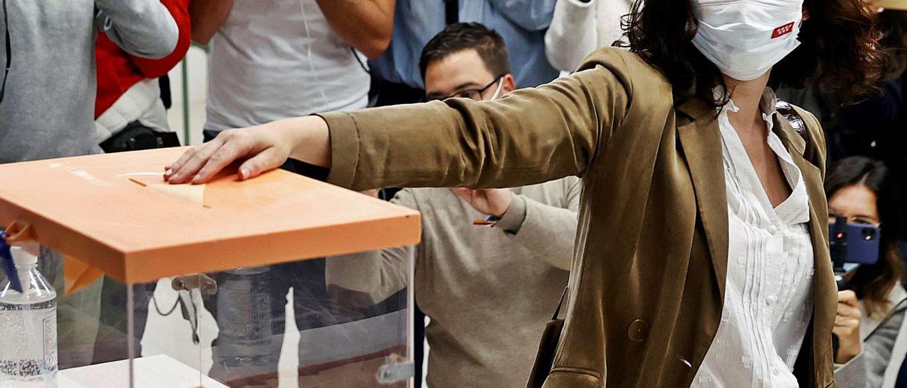 Momneto en el Isabel Díaz Ayuso introduce en la urna su voto, en las elecciones del pasado martes. | | CHEMA MOYA / EFE