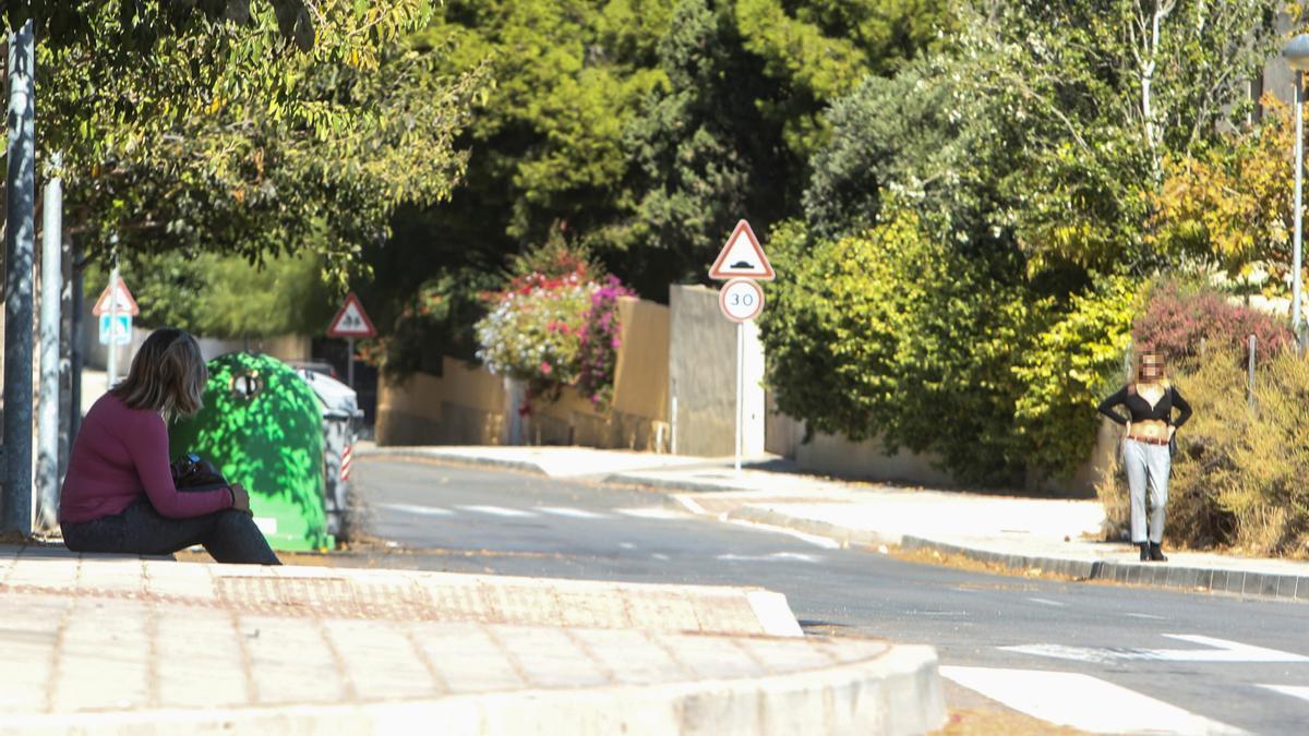 Una mujer que ejerce la prostitución, ayer en el entorno de la Vía Parque por Vistahermosa.