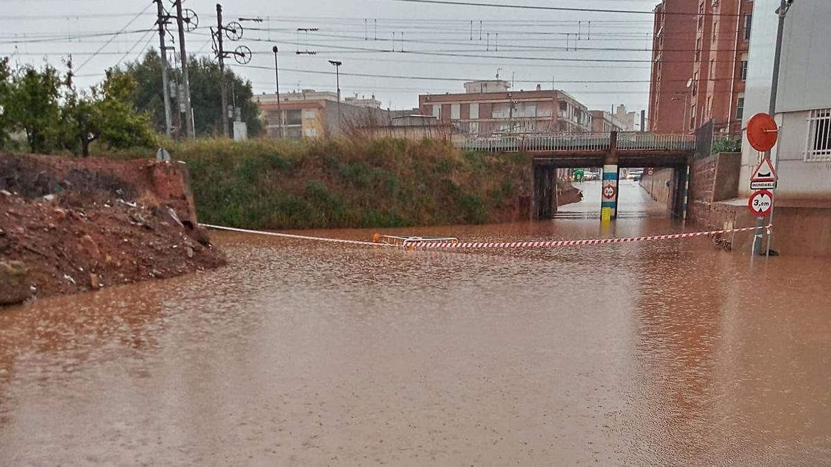 El acceso a Nules se inundó ayer por las fuertes lluvias.  |  LEVANTE EMC