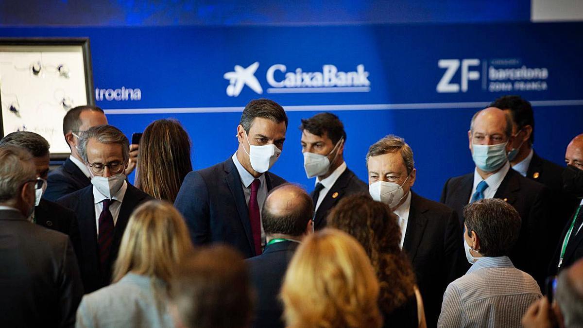 Sánchez i Draghi a la sortida de la cloenda de la tercera sessió de la Reunió del Cercle d'Economia   DAVID ZORRAKINO / EP