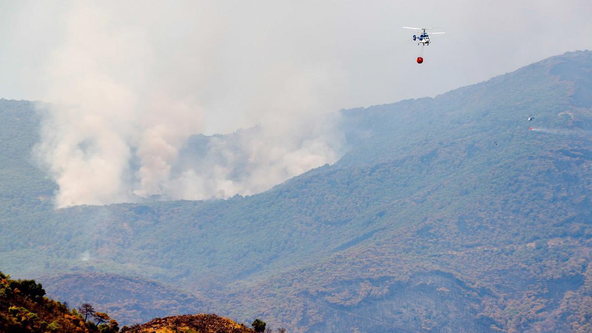 Helicópteros en los paraje calcinados por el incendio en Sierra Bermeja