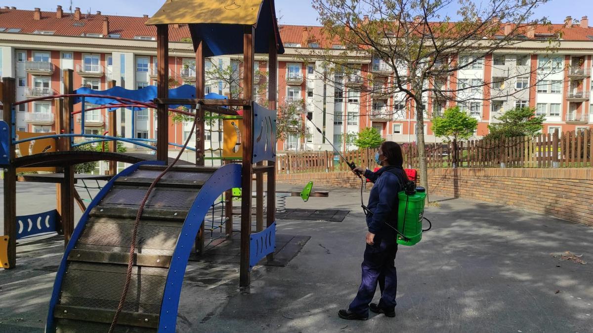 La brigada, desinfectando el parque Lola Diz esta mañana.