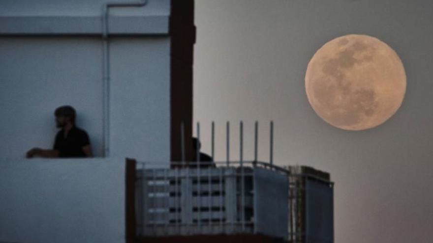 'Excursión' a las azoteas y balcones para observar la mayor superluna