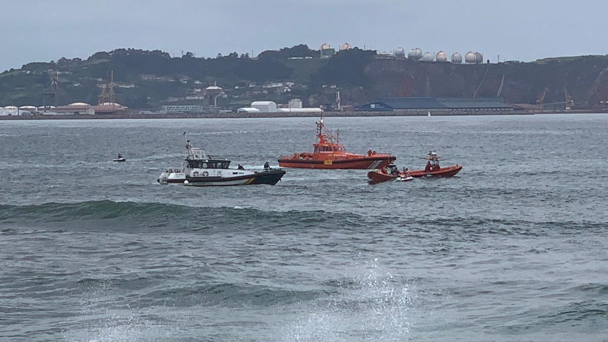 Una persona fallecida y un herido tras volcar su lancha enfrente de la costa de Gijón.
