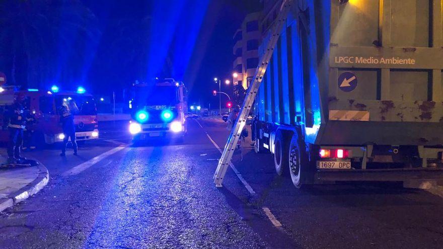 Un hombre queda atrapado en la compactadora de un camión de basura