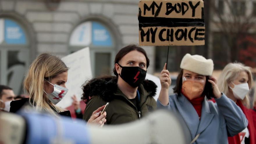 """La Eurocámara condena el """"retroceso"""" de la restricción del aborto en Polonia"""
