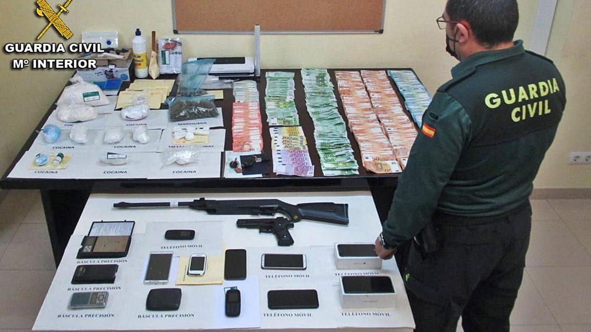 Material incautado a los detenidos. |   // GUARDIA CIVIL
