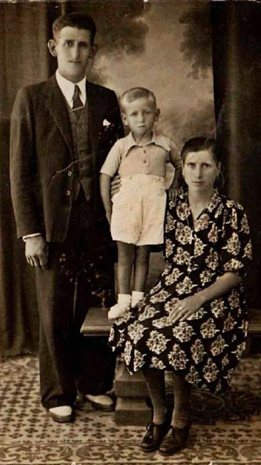 A la izquierda, los gallegos Manuel Barros y Erundina Barco con su hijo en junio de 1947.
