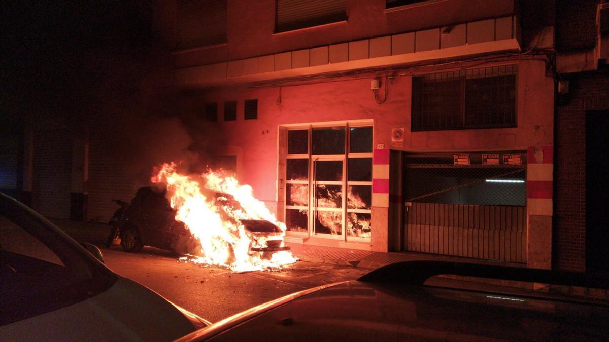 Queman 5 furgonetas en la Fuensanta de València. En la imagen, foto de archivo de un coche que ardió hace unos meses en València.
