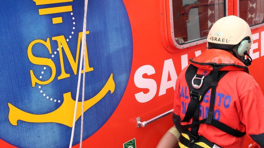 Rescatan a un tripulante cuya embarcación había quedado embarrancada en la bahía de Alcúdia