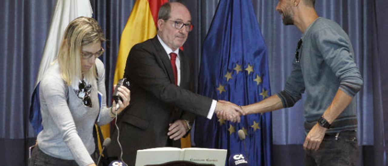 José Carlos Naranjo Sintes (centro) saluda a un miembro de la plantilla de TVC el día de su toma de posesión.